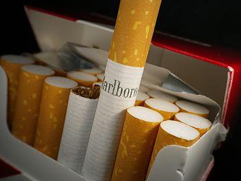 English: Marlboro cigarette in pack.