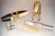 Duas boquilhas para sax tenor; a da esquerda mais utilizada para música clássica, a da direita mais apropriada para o pop ou jazz.