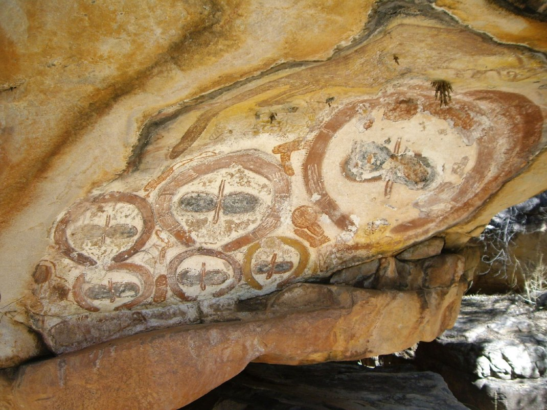 https://i2.wp.com/upload.wikimedia.org/wikipedia/commons/thumb/9/9c/Wandjina_rock_art.jpg/1920px-Wandjina_rock_art.jpg?resize=1070%2C803&ssl=1
