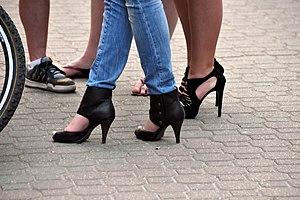 English: Skinny Jeans + High Heels Español: Pa...