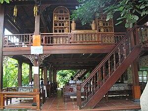 Tiếng Việt: Nhà sàn ở Khu Trung Sơn, nơi ăn tr...