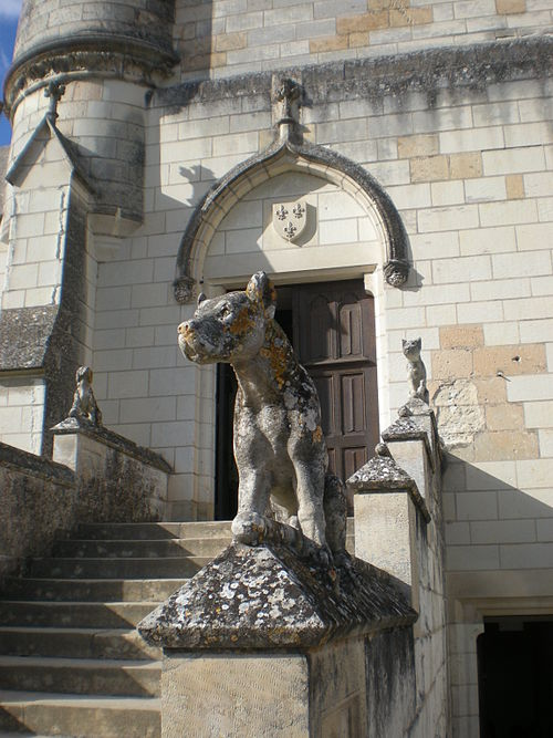 Chateau-loches-chien-statue