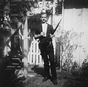 English: Photo of Lee Harvey Oswald with rifle...