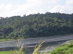 Poluição vis�vel nas águas do Rio, quando de sua passagem em Santana de Parna�ba.