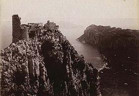 Scatto fotografico dell'artista Carlo Brogi: il castello Barbarossa con il continente sullo sfondo.