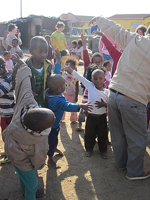 English: Kids in the township near Cape Town i...
