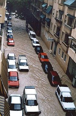 Calle Arquitecto Morell de Alicante el 30 de septiembre de 1997. Inundación producida por un fenómeno de gota fria que afectó especialmente a las provincias de Alicante y Murcia