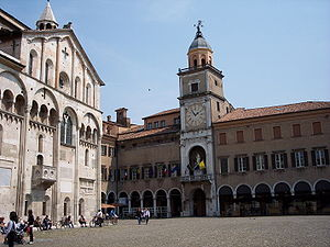 English: The Palazzo Comunale (right) and Duom...