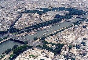 Sông Seine nhìn từ tháp Eiffel; phía trên bên phải là Place de la Concorde