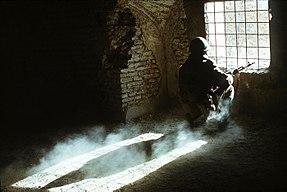 Seorang prajurit Soviet berjaga-jaga di Afganistan, 1988.