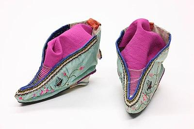 400px Foot binding shoes 1 - 中国の女性の風習纏足(てんそく)とは?