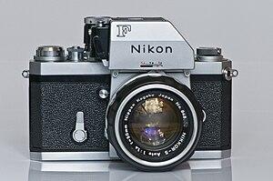 Deutsch: Nikon F Kamera mit Photomic FTn, Bauj...