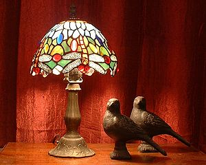 Tiffany dragonfly desk lamp with pigeon sculptures