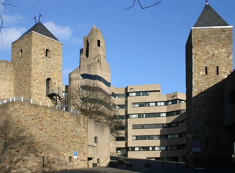 https://i2.wp.com/upload.wikimedia.org/wikipedia/commons/thumb/a/a8/Rathaus-bensberg-einfahrt.jpg/800px-Rathaus-bensberg-einfahrt.jpg