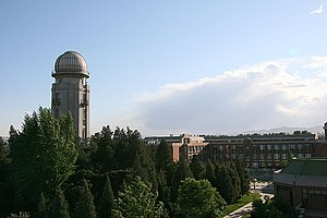 English: Tsinghua University is a well regarde...
