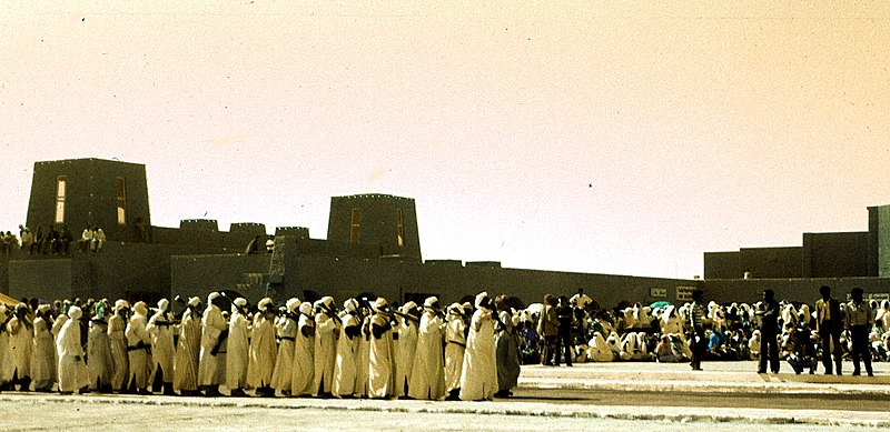 Cérémonie religieuse à Adrar dans le Touat en Algérie devant un ksar typique de la région