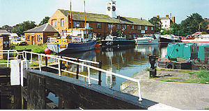 English: Stourport-on-Severn. Lock gate and cr...