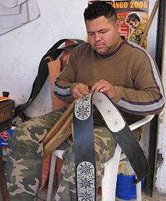 Punteador labrando en una talabartería de Colotlán