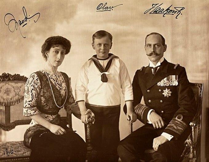 Portrett av Dronning Maud, Kronprins Olav og Kong Haakon VII, ca 1910 crop