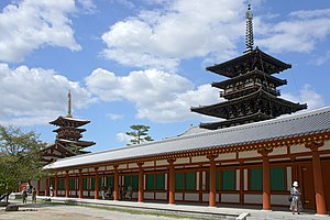 薬師寺 東塔(国宝、手前)と西塔の参考画像