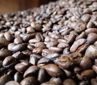 By François Bianco - Freshly roasted coffee, CC BY-SA 2.0, on Wikimedia Commons