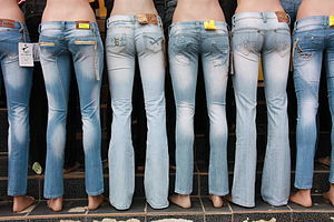 English: Mannequins wearing jeans in Sânnicola...