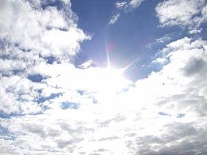 English: sun behind clouds. Français : Le sole...
