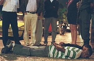 30/07/2004. Bandidos invadem prédio em Botafog...