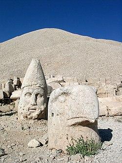 M.Nemrut: Tumba piramidal de Antíoco, águila-zeus en primer plano, 1'50 metros