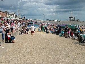 English: Lowestoft beach crowd Looking north o...