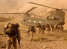 Tentara Amerika Serikat memasuki helikopter CH-47 Chinook setelah misi mencari pejuang Taliban.