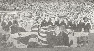 Elenco vasca�no em comemoração a inclusão do clube na AMEA em 1927. As bandeiras são dos dez times filiados a federação na época.