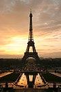 Menara eiffel saat matahari terbit dilihat dari trocadero