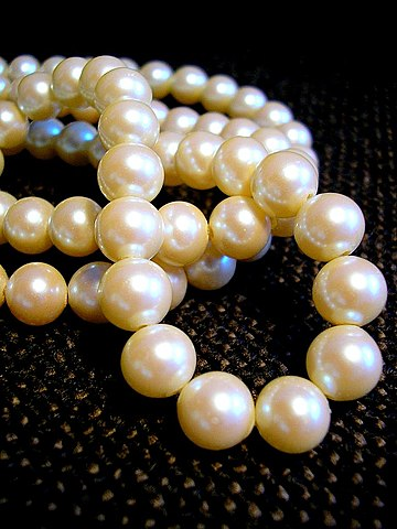 https://i2.wp.com/upload.wikimedia.org/wikipedia/commons/thumb/a/af/White_pearl_necklace.jpg/360px-White_pearl_necklace.jpg