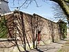 Kasteel Amstenrade: bakstenen muur ten zuidwesten van de poort naar de moestuin