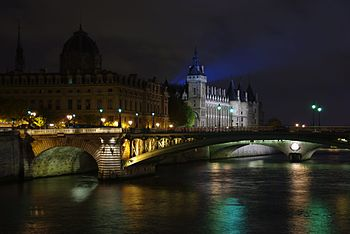 English: The Notre Dame Bridge, the Seine Rive...