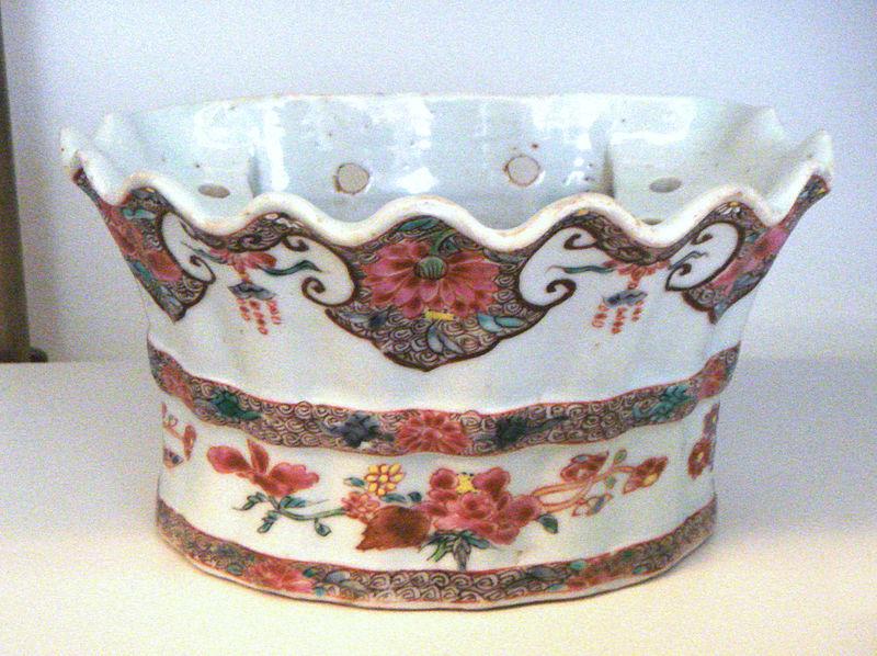 File:Jingdezhen soft paste porcelain flower holder Famille Rose 1736 1796 Qianlong period.jpg