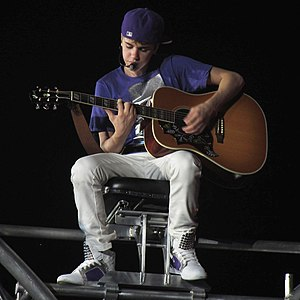 "English: Justin Bieber performing ""Favori..."