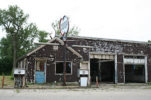 Abandoned_gas_station_Melvin_Illinois