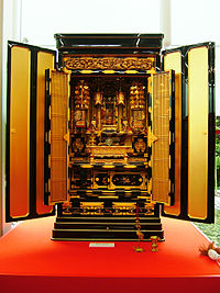 Japanese Buddhist altar 001.jpg
