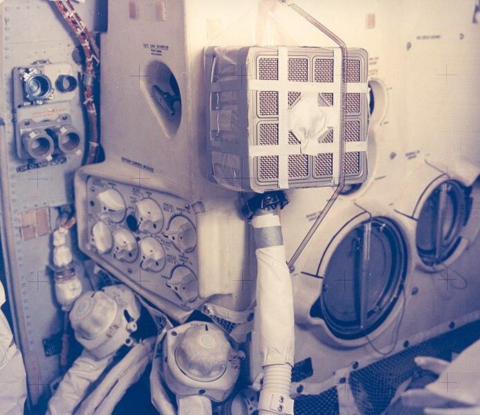 अनुकुलक के द्वारा लगाये गये लीथीयम आक्साईड के कंटेनर के साथ चन्द्रयान