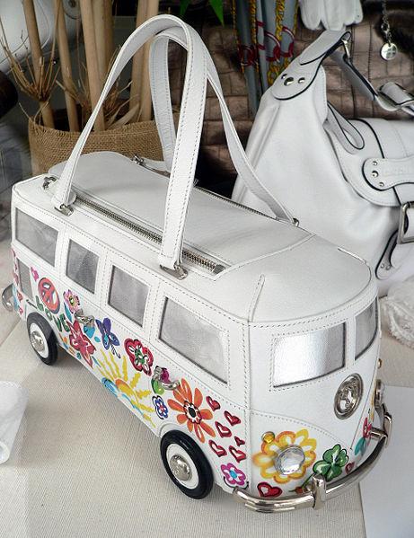 Handtasche in Form eines VW-Busses in einem Schaufenster