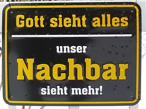 """Deutsch: Schild """"Gott sieht alles, unser Nachb..."""