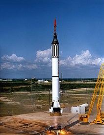 5 de Mayo de 1961 lanzamiento del cohete Redstone con la cápsula Libertad 7 del Proyecto Mercury con Alan Shepard Jr. En el primer vuelo suborbital. (Para lanzar las misiones orbitales del Proyecto Mercurio se usó el cohete Atlas.)