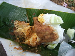 Bahasa Indonesia: Nasi bungkus dan ayam goreng...
