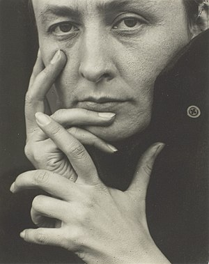 English: Photograph of Georgia O'Keeffe by Alf...