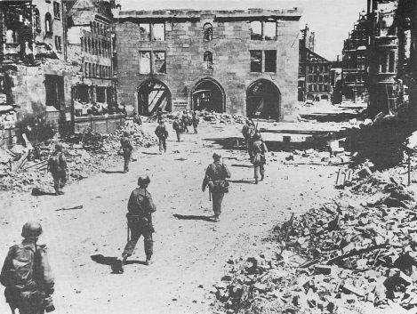 Soldaţi din Divizia  a 3-a de Infanterie Americană în Nuremberg, Germania, pe 20 aprilie 1945.