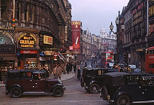 English: Shaftesbury Avenue from Piccadilly Ci...