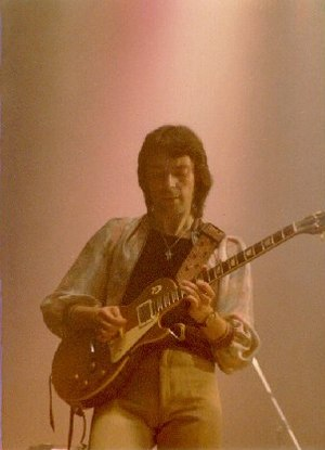 English: Photo of Steve Hackett performing wit...