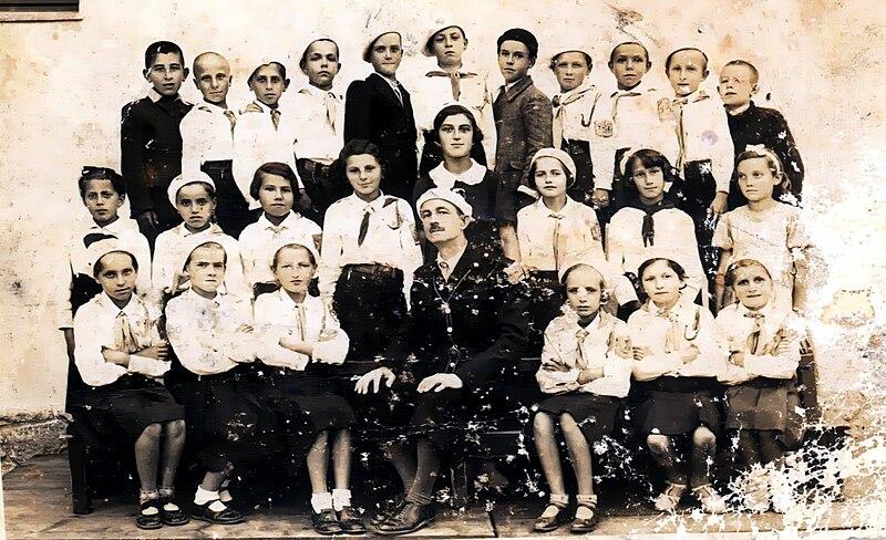 Copii în uniforme ale organizaţiei Straja Ţării